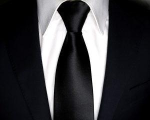 Zoom to cavat bản nhỏ đen bóng phối với áo sơ mi trắng, vest đen