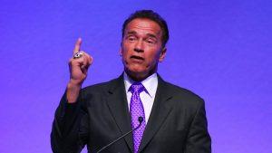 Arnold Schwarzenegger đeo cavat tím trong buổi thuyết trình