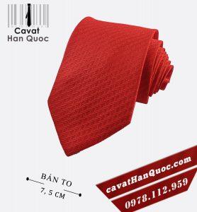 Cà vạt màu đỏ tươi họa tiết bản to