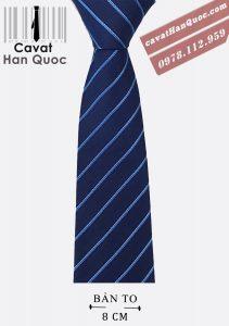 Cà vạt xanh dương đậm kẻ sọc phù hợp với áo sơ mi sáng màu, áo sơ mi xanh da trời
