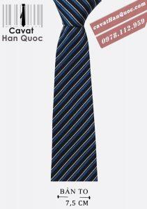 Cà vạt xanh than sọc tăm xanh phù hợp với áo sơ mi sáng màu.