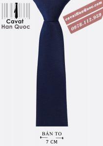 Cà vạt nam xanh than trơn phù hợp với áo sơ mi sáng màu, vest tối màu