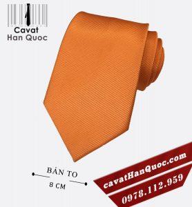 Cà vạt màu cam phù hợp với cả áo sơ mi sáng màu, tối màu