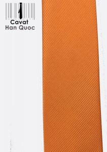 Áo sơ mi trắng hoặc xanh dương nhạt rất phù hợp với cà vạt cam