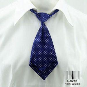 Cà vạt nữ màu xanh than phù hợp với áo sơ mi đồng phục sáng màu