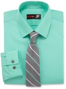Áo xanh lá mang cà vạt màu xám