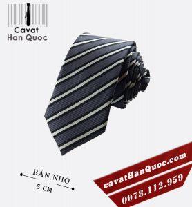 Cà vạt bản nhỏ màu xám đậm kẻ sọc