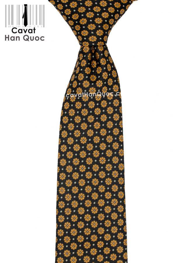 Cà vạt đen hoa vàng bản to khi thắt