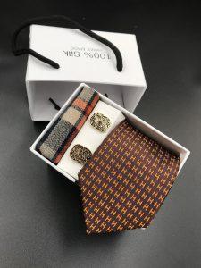 Set hộp trắng cà vạt nâu họa tiết chữ H