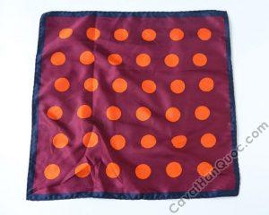 Khăn cài túi áo vest màu đỏ mận viền xanh than chấm tròn to cam