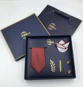Set cà vạt đỏ chấm bi nhỏ xanh da trời