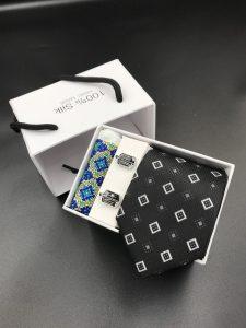 Set hộp trắng cà vạt đen thêu ô vuông trắng