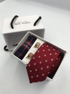 Set hộp trắng cà vạt màu đỏ mận thêu ô vuông trắng