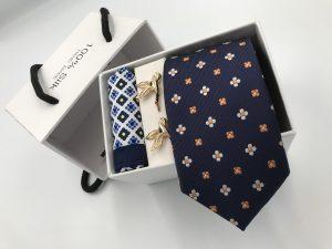 Set hộp trắng cà vạt màu xanh than thêu hoa 4 cánh trắng cam