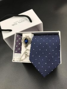 Set hộp trắng cà vạt xanh than chấm tím nhỏ