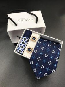 Set hộp trắng cà vạt xanh than họa tiết hình thoi trắn