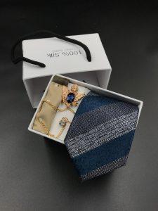 Set hộp trắng cà vạt xanh than sọc to xám bạc chấm vuông liti