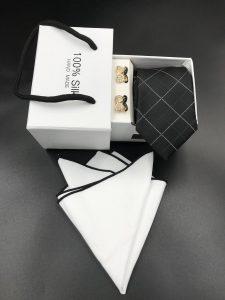 Set hộp trắng cà vạt đen họa tiết kẻ hình thoi trắng đen