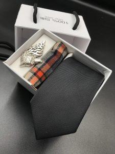 Set hộp trắng cà vạt gân tăm màu đen