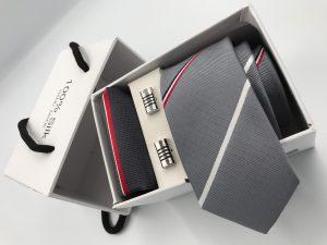 Set hộp trắng cà vạt màu xám trời kẻ sọc chéo đỏ đen trắng