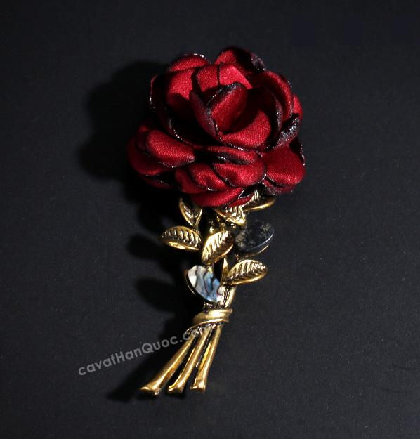 Khuy cài hình bó bông hồng đỏ thẵm