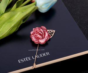 Ghim cài áo vest hình bông hồng màu hồng mận lá vàng