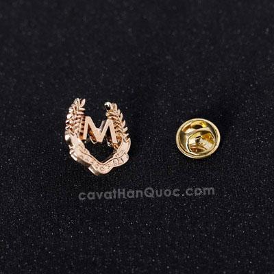 Khuy ghim cài áo hình logo chữ M